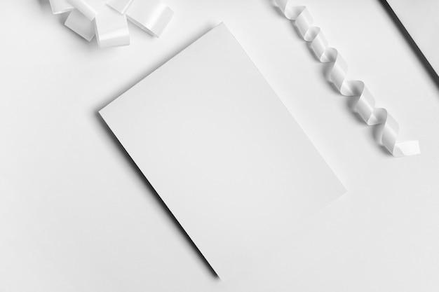 Flache anordnung aus weißem papier und farbband Kostenlose Fotos