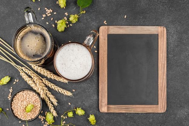 Flache anordnung mit bier und rahmen Kostenlose Fotos