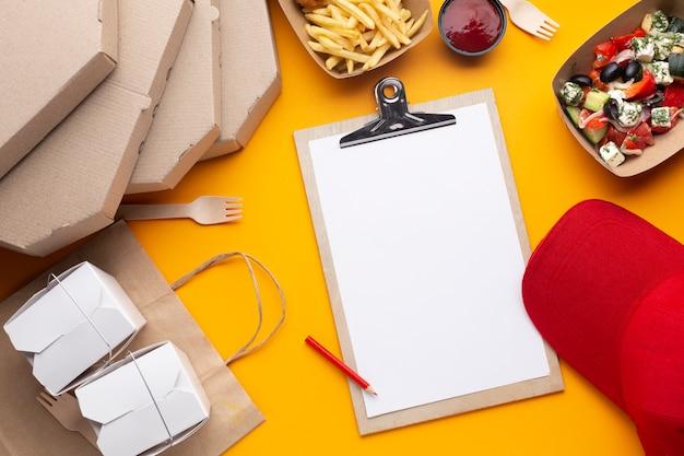 Flache anordnung mit essen und zwischenablage Kostenlose Fotos