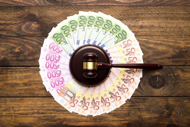 Flache anordnung mit geld und richterhammer Kostenlose Fotos