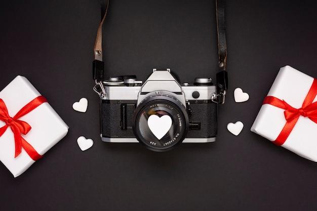 Flache anordnung mit geschenken und kamera Kostenlose Fotos