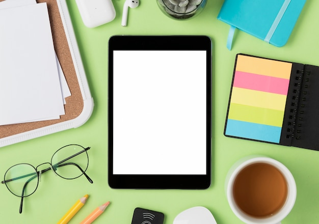 Flache auflage des schreibtisches mit tablet-modell Kostenlose Fotos