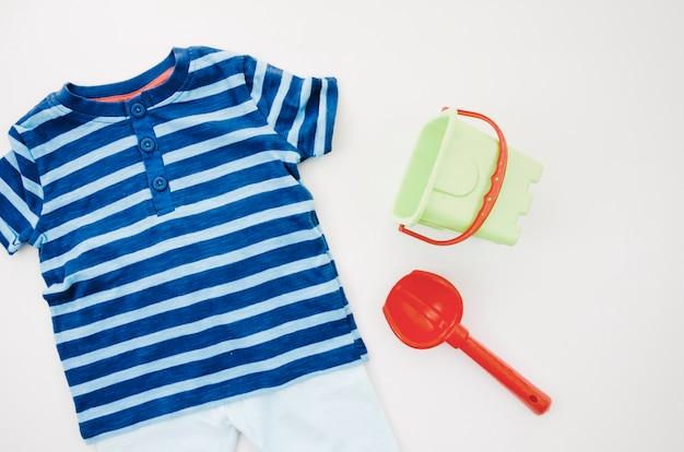 Flache babykleidung mit spielzeug Kostenlose Fotos