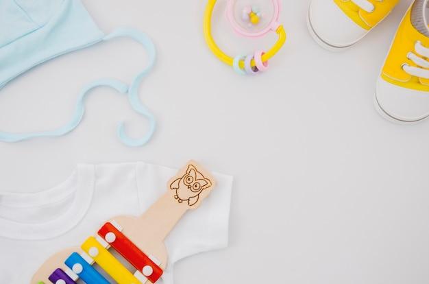 Flache babykleidung mit xylophon Premium Fotos