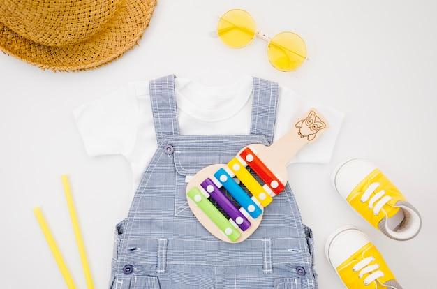 Flache babykleidung mit xylophon Kostenlose Fotos