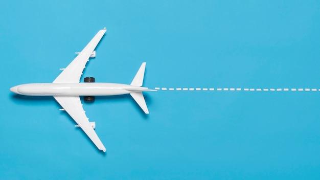 Flache ebene flugzeug auf blauem hintergrund Kostenlose Fotos