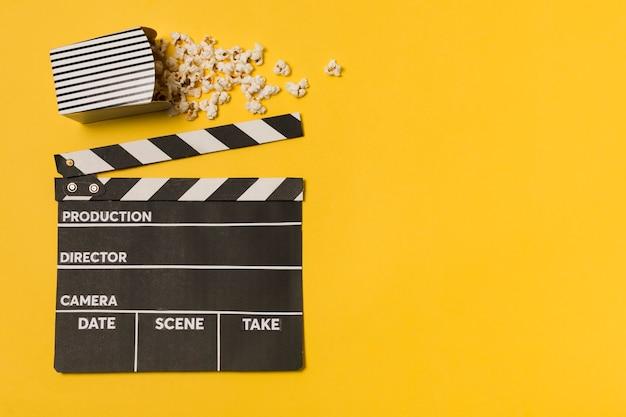 Flache filmschiefer mit popcorn Kostenlose Fotos