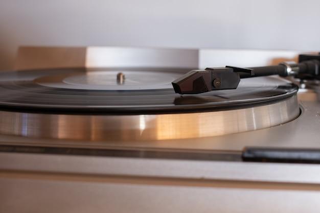 Flache fokusaufnahme einer patrone in einem tragbaren grammophon Kostenlose Fotos