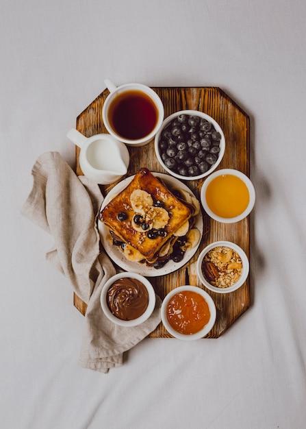 Flache frühstückstoast mit banane und blaubeeren Kostenlose Fotos