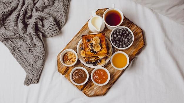 Flache frühstückstoast mit blaubeeren und banane Kostenlose Fotos