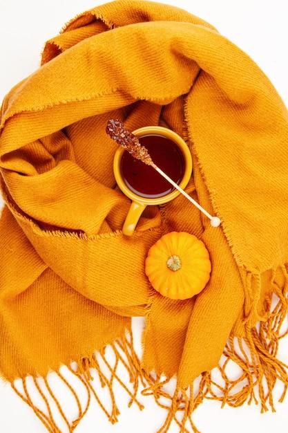 Flache herbstzusammensetzung mit einer tasse tee und einem warmen wollschal Premium Fotos