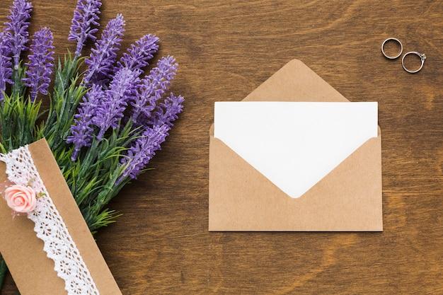 Flache hochzeitseinladung mit lavendel auf tisch legen Kostenlose Fotos