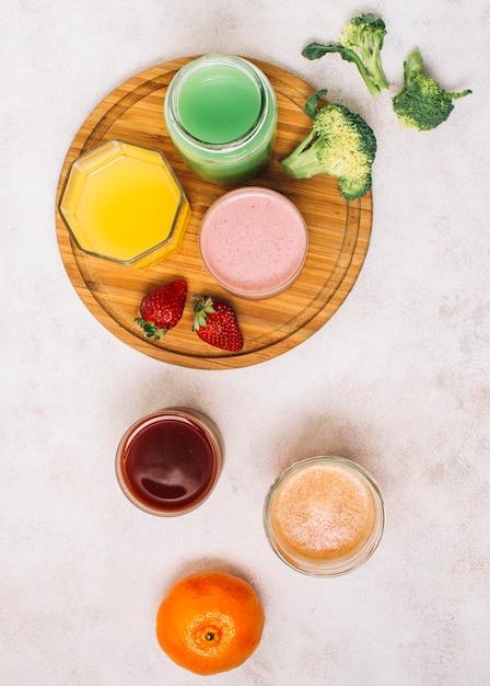 Flache lag bunte anordnung für smoothies und früchte Kostenlose Fotos