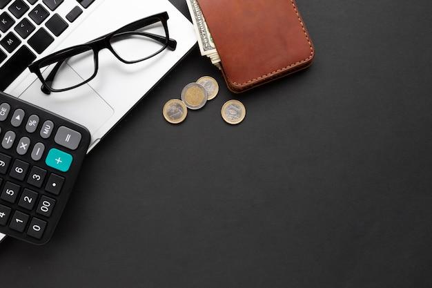 Flache lage der brieftasche in der nähe von laptop Kostenlose Fotos