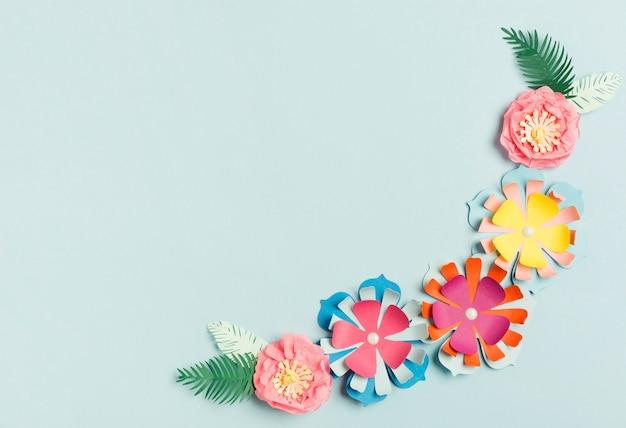 Flache lage der bunten papierfrühlingsblüte Kostenlose Fotos
