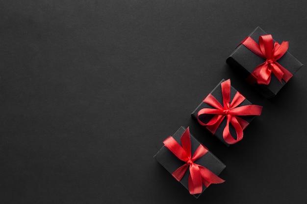 Flache lage der eleganten geschenke mit kopierraum Premium Fotos