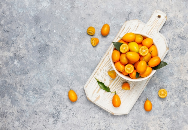 Flache lage der japanischen orangen auf einer betonoberfläche Kostenlose Fotos