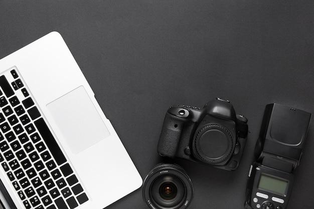 Flache lage der kamera- und laptoptastatur mit kopienraum Kostenlose Fotos