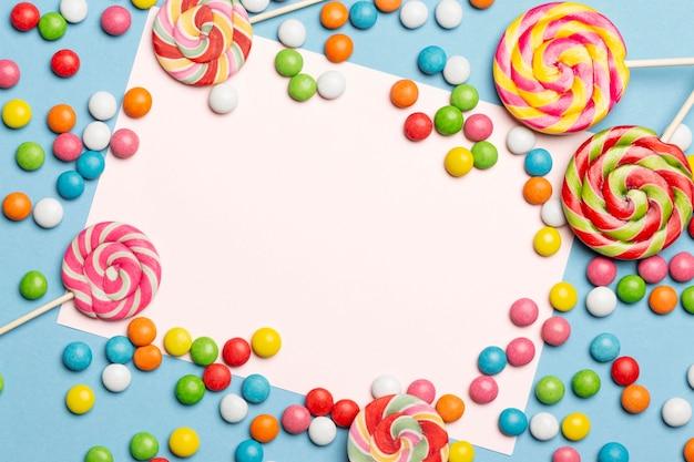 Flache lage der köstlichen bunten bonbons Kostenlose Fotos