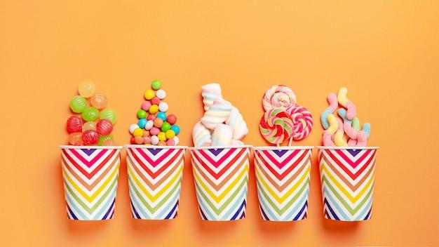 Flache lage der köstlichen bunten bonbons Premium Fotos