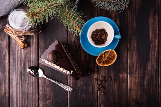 Flache lage der kuchenscheibe mit löffel und getrockneten zitrusfrüchten Kostenlose Fotos