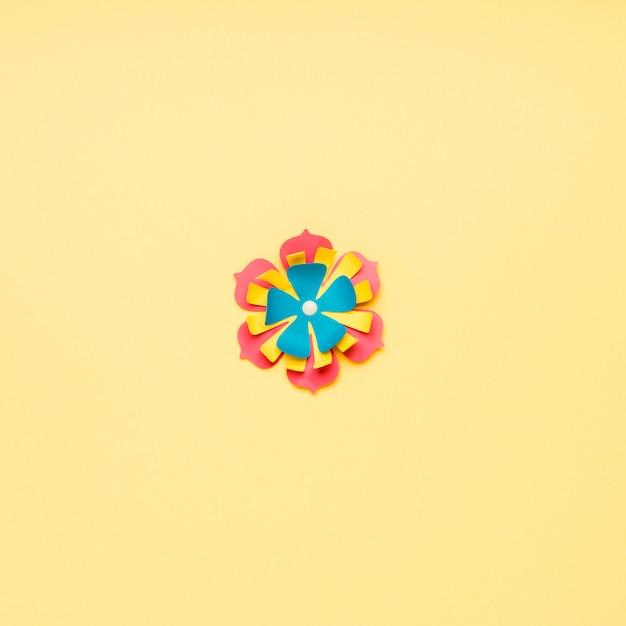 Flache lage der mehrfarbigen papierblume für frühling Kostenlose Fotos