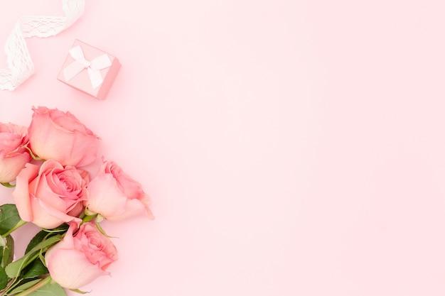 Flache lage der rosa rosen mit kopierraum Kostenlose Fotos