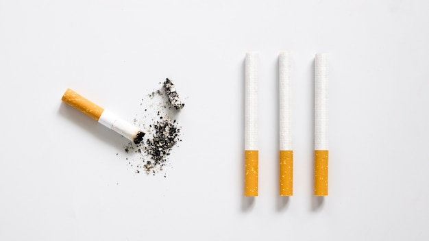 Flache lage der schlechten angewohnheit zigarettenanordnung Kostenlose Fotos