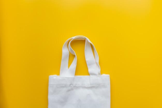 Flache lage der stofftasche der nachhaltigen produkte auf gelb Premium Fotos