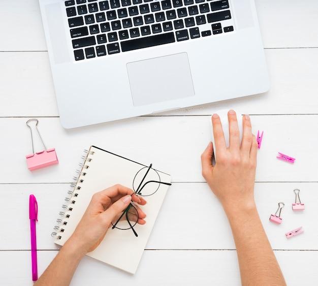 Flache lage des einfachen schreibtischs mit rosa versorgungen Kostenlose Fotos