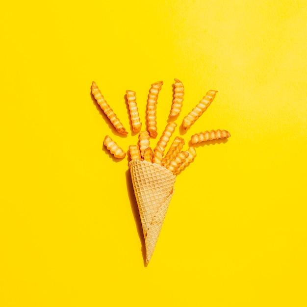Flache lage des kegels mit pommes-frites Kostenlose Fotos