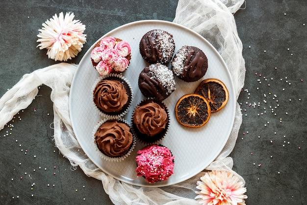Flache lage des köstlichen cupcakes-konzepts Kostenlose Fotos