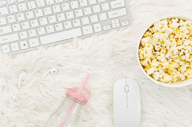 Flache lage des popcorns und des laptops für kinokonzept Kostenlose Fotos