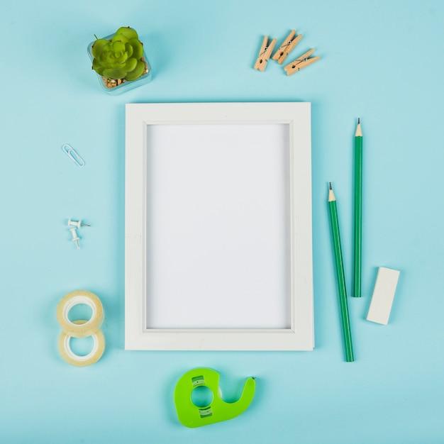 Flache lage des rahmenmodells mit blauem hintergrund Kostenlose Fotos