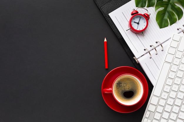 Flache lage des schreibtischs mit kaffee und tastatur Premium Fotos