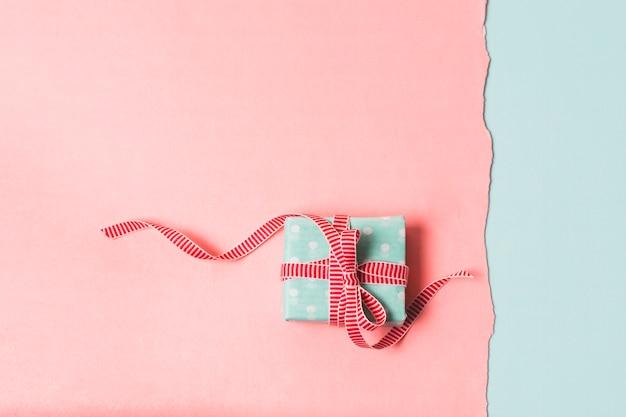 Flache lage des verpackten geschenks Kostenlose Fotos
