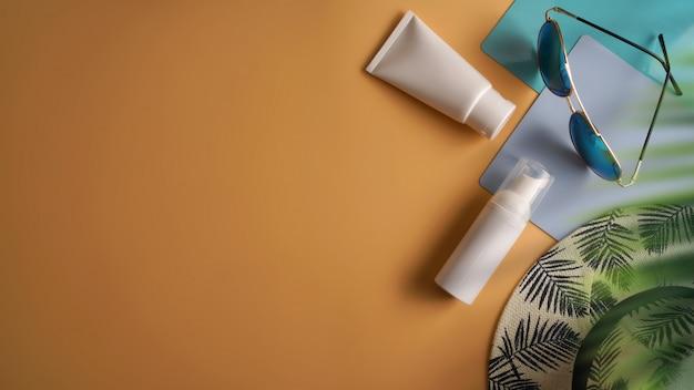 Flache lage, draufsichtarbeitsplatz im sommerkonzept. Premium Fotos