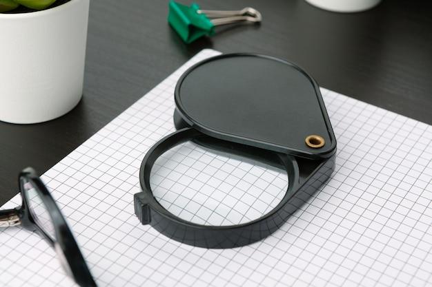 Flache lage, draufsichtbürotisch-schreibtischrahmen. bürozubehör i Premium Fotos