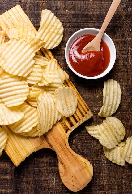 Flache lage kartoffelchips mit ketchup Kostenlose Fotos