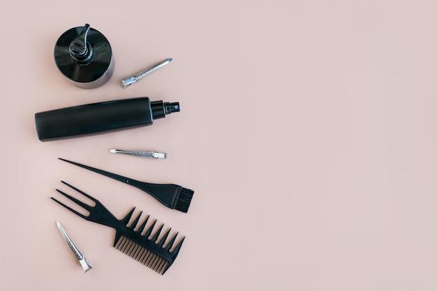 Flache lage minimale komposition mit schwarzen friseurwerkzeugen Premium Fotos