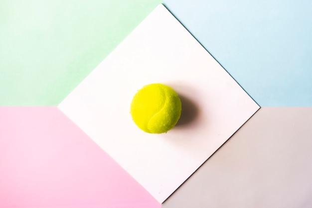 Flache lage mit tennisball in weißen rahmen isoliert. Premium Fotos