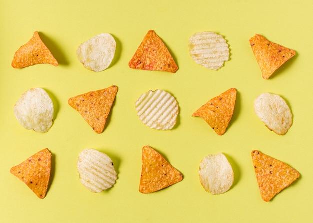 Flache lage nacho-chips mit kartoffelchips Kostenlose Fotos