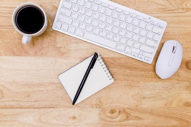 Flache lage schreibtischtabelle des modernen arbeitsplatzes mit laptop auf holz Premium Fotos