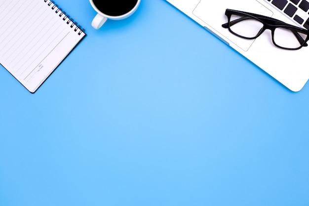 Flache lage schreibtischtabelle des modernen arbeitsplatzes mit laptop Premium Fotos