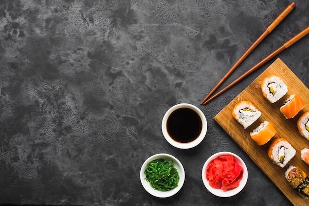 Flache lage-sushi-anordnung mit kopienraum Premium Fotos