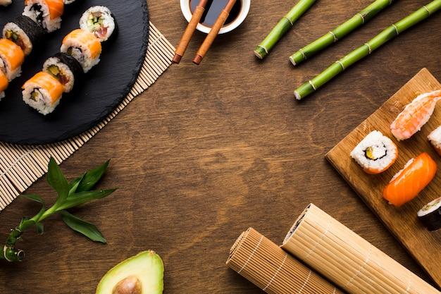 Flache lage-sushi-anordnung mit kopienraum Kostenlose Fotos