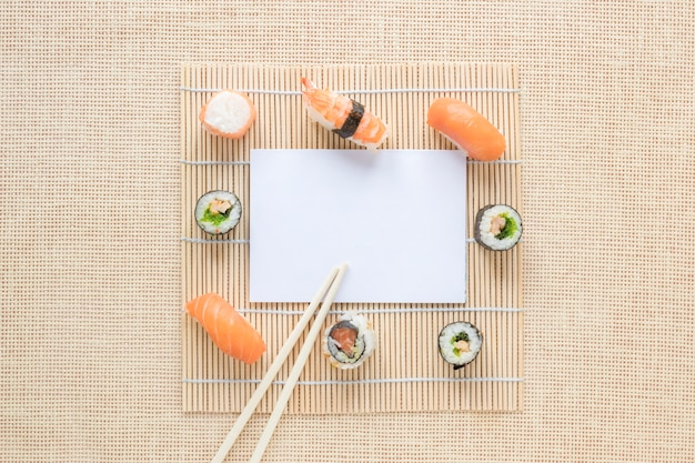Flache lage-sushizusammensetzung mit papierschablone Kostenlose Fotos