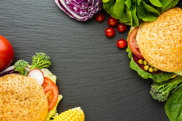 Flache lage veganes fast-food-arrangement mit textfreiraum Kostenlose Fotos
