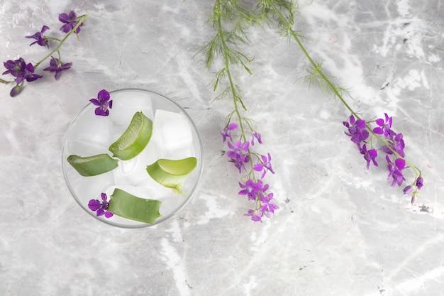Flache lage von aloe vera-scheiben auf marmorhintergrund Kostenlose Fotos