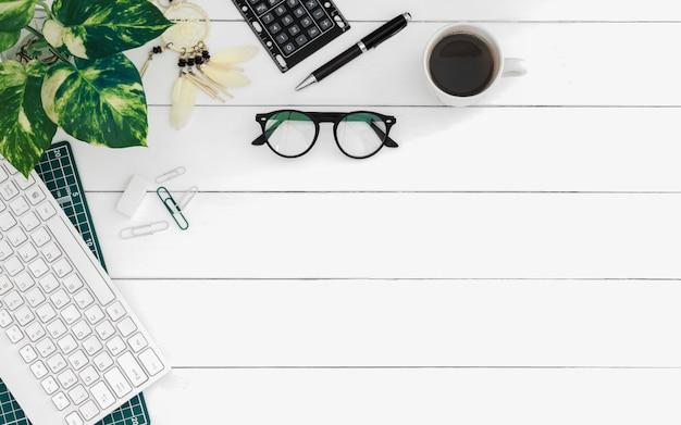 Flache lage von arbeitsplätzen im büro Premium Fotos